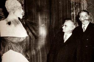 Renzo Gandolfo con Il Presidente  della Repubblica Luigi Einaudi per lo scorpimento del busto di Marcello Soleri al...